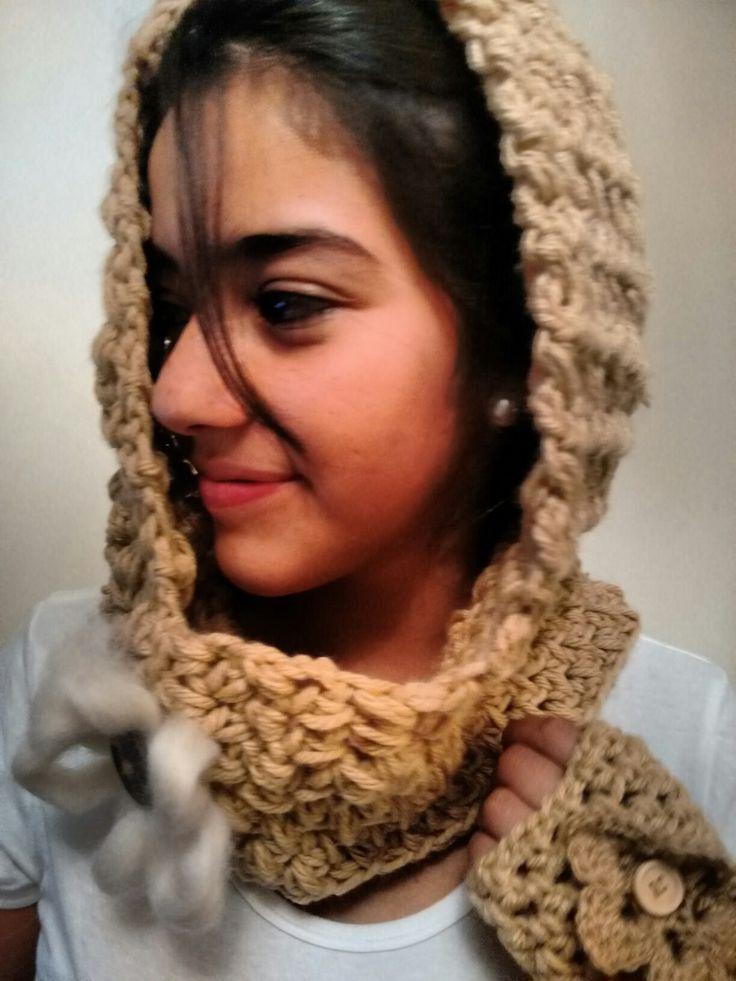 Cuello capucha tejido a ganchillo y mitones color beige.