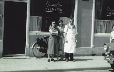 Brabant Bekijken: Als de dag van toen: de winkel van Venezia in Oss, eind jaren vijftig. Behalve vader Mario en moeder Regina staat in het midden een nichtje van de familie.
