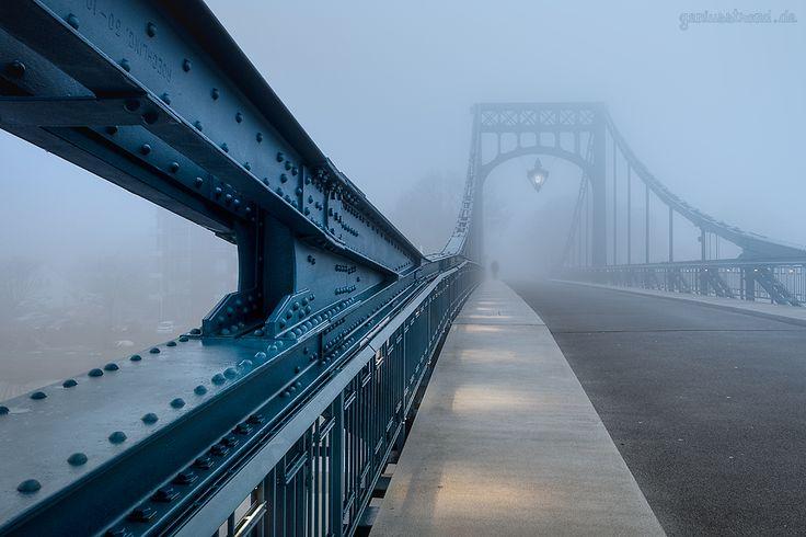 WILHELMSHAVEN: Die Kaiser-Wilhelm-Brücke (K.-W.-Brücke) im Nebel