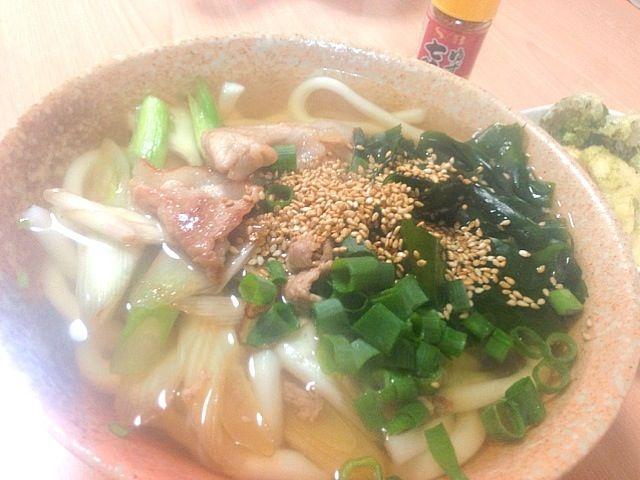今日は疲れちゃったから手抜き晩ご飯!わかめがシャキシャキで美味しい♪ - 6件のもぐもぐ - ヒガシマルのつゆで、肉わかめうどん(*^◯^*) by machiruda11