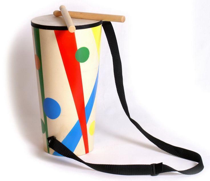 """Trommel """"Artist"""". Bunte, lange, klangvolle, tragbare, unerlässliche konische Trommel mit 2 Schläghölzern für Samba- und andere Rythmen. Mit diesem tollen Instrument kommt richtig Leben ins Zimmer! Holzspielzeug, ca. 35 cm x 18 cm"""