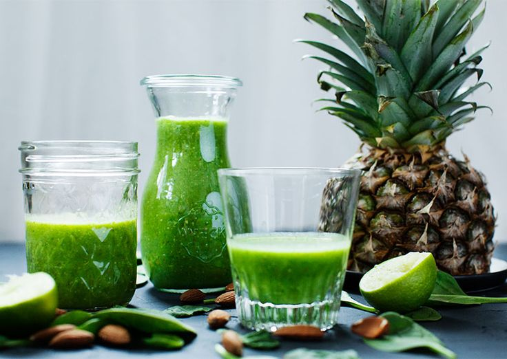Green smoothie: Spinach, avocado and pineapple. www.vesleuniverse.com.