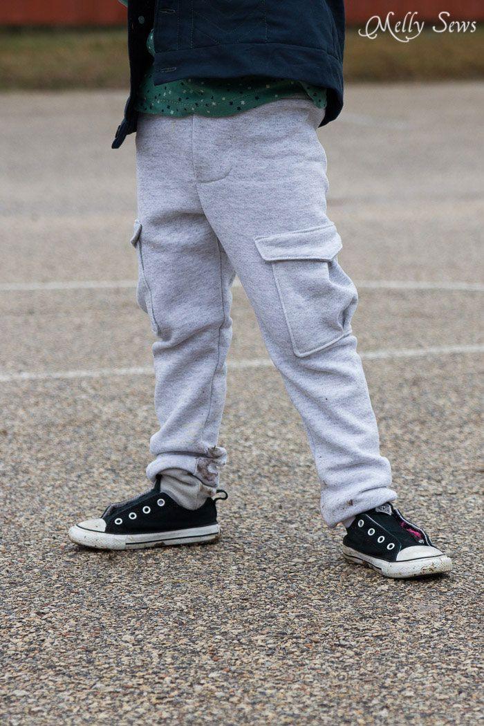 Piernas delgadas, la carga bolsillos - se cose a la moda pantalones de chándal delgados para los niños con este patrón de costura LIBRE de Melly Sews y patrones pizarra en blanco