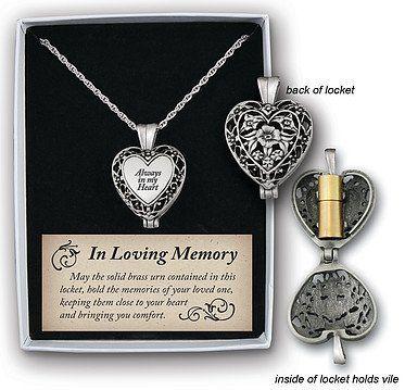 Een mooie ketting met daaraan een hartvormig medaillon met klein ashangertje. Een bijzondere herinnering aan een dierbare...