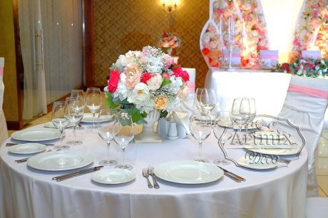 Вазоны с цветами для оформления столов гостей на свадьбе