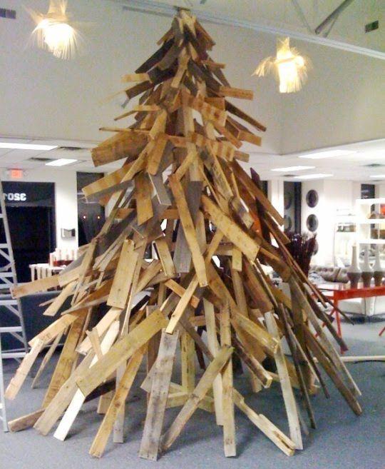 Sapin de Noël immense en palette  http://www.homelisty.com/15-sapins-de-noel-originaux-en-palette-photos/