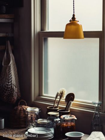 ちょっとした照明の役割を担ってくれそうなデザインのペンダントライト。 室内を照らすのもいいですが、小物などと組み合わせてインテリアを彩るのも素敵です。