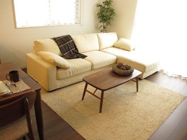 「ウォールナット色の床材にウォールナット材の家具で統一したリビングダイニング空間をご紹介」の画像