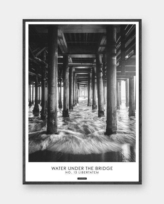 Libertatem: Flot fotokunst i sort hvid. Billedet har beskrivende tekst 'Water under the bridge'. Libertatem er latin og betyder 'Frihed'. Trykt på 200 gram papir. Se mere online på www.kasperbenjamin.com