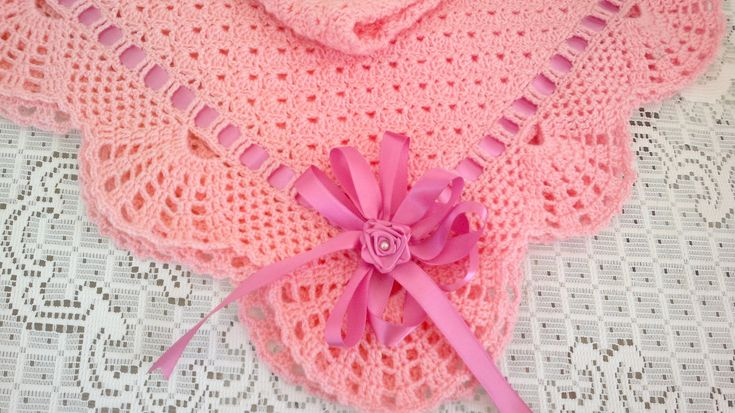 Manta de crochê feita em lã especial para bebê, com ponto bem fechadinho e babado delicado . Fita de cetim    Aceitamos encomendas em outras cores.      Tamanho: 80 cm x 80 cm