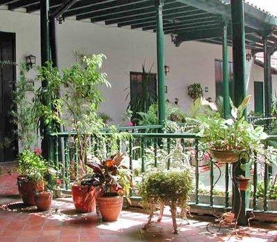 La madera de sus techos y barandas y la excelente herrería de sus balcones dan luz y frescor a las habitaciones del Hotel Valencia. Además le ofrece los mejores puros cubanos en la primera planta. #hotel #habana #cuba