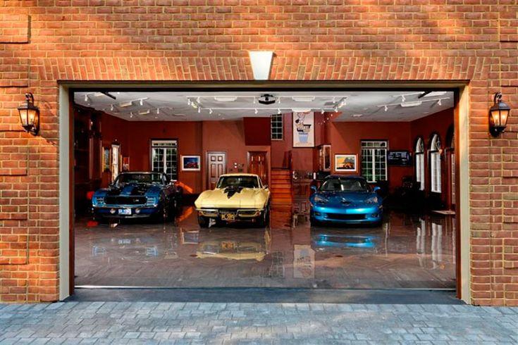 """Автохостелы """"Гараж"""" — это необычные придорожные гостиницы, куда посетители могут заезжать прямо на личном авто и ночевать в уютном номере-гараже рядом со своим автомобилем."""
