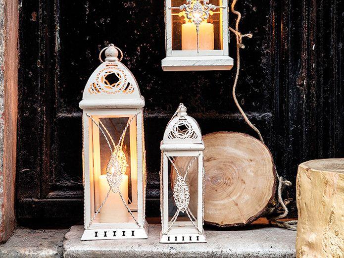 Fener ışığında romantik anlar - HOME SHOWROOM  Yüzlerce yıl genel aydınlatma ihtiyaçlarını karşılamak için kullanılan fenerler, günümüzde hem nostaljik bir dekorasyon objesi hem de bahçe, balkon, teras gibi alanlarda işlevsel bir aydınlatma gereci olarak hayatımıza konuk oluyor.