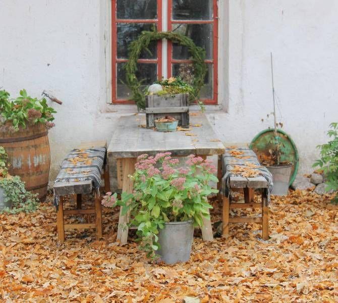 Hemmasnickrade trädgårdsmöbler utanför ladugården. Foto: Erika Åberg.