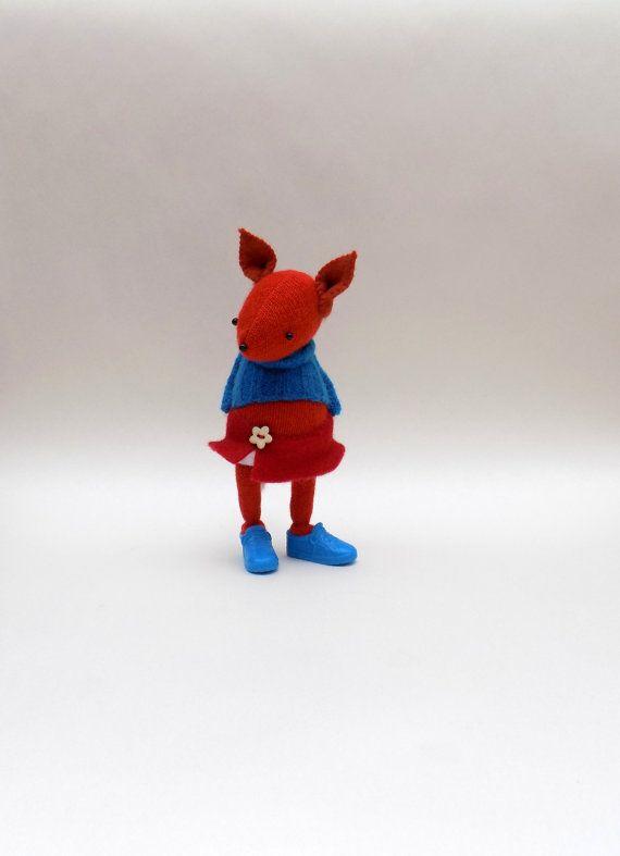 Wollen Fox - handgemaakte wollige pluche Vos dragen blauwe wollen trui, witte broek voelde en een rode voelde rok.