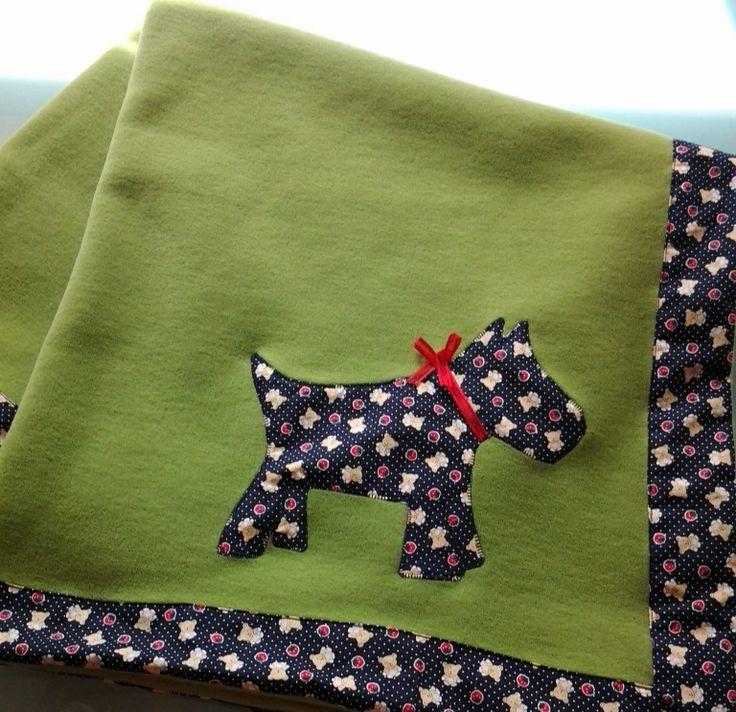 Coperta da culla in polare fleece (pile) con applicazione e bordo in cotone stampato. http://elbichofeo.blogspot.com https://it-it.facebook.com/pages/Bicho-feo/382736388432736