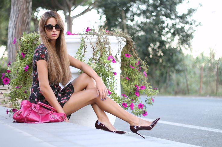 La blogger Barbara Grimaldi, indossa un vestito floreale #Kiabi che ha abbinato alla perfezione con tacchi alti e una borsa rosa.