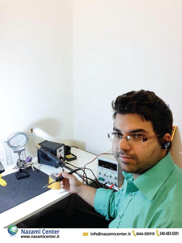 Nostro Tecnico sta lavorando in laboratorio. #tecnico #laboratorio #smartphone #riparzioni #vicenza