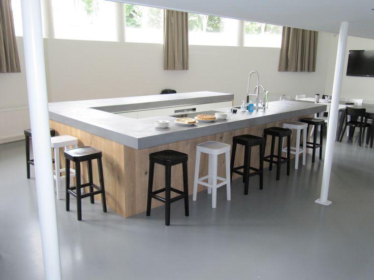 Project in bedrijfskantine Utrecht i.s.m. Serge Schoemaker Architects; Uniek naadloos ter plekke gestort betonnen kook- & spoeleiland met een lengte van ruim 12 meter! Werkblad van 70 cm diepte, 10 cm dik, met vrij overstek van 30 cm aan de barzijde.