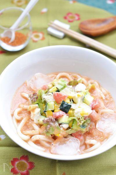 冷製トマトスープのガスパチョを鰹節で和風に仕上げました。冷たいうどんをひたして召し上がれ。