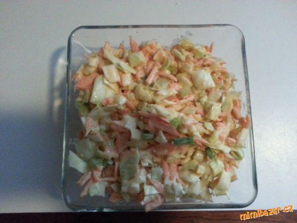 COLESLAW - zeleninový salát z KFC - lepší než hranolky :-) 3 jarní cibulky, 1/2 hlávky menšího zelí, 2 mrkve, 100 ml majonézy, 3 lžíce zakysané smetany, 3 lžíce cukru krystal, 2 lžíce octa, troška mléka, sůl, pepř  POSTUP PŘÍPRAVY  Cibulku, zelí a mrkev nastrouháme nebo nakrájíme najemno.  Vedle v míse si připravíme zálivku - sůl,pepř, cukr promícháme, přidáme ocet, majonézu, zakysanou smetanu a malinko mléka, promícháme a přidáme k zelenině.  Salátek promícháme