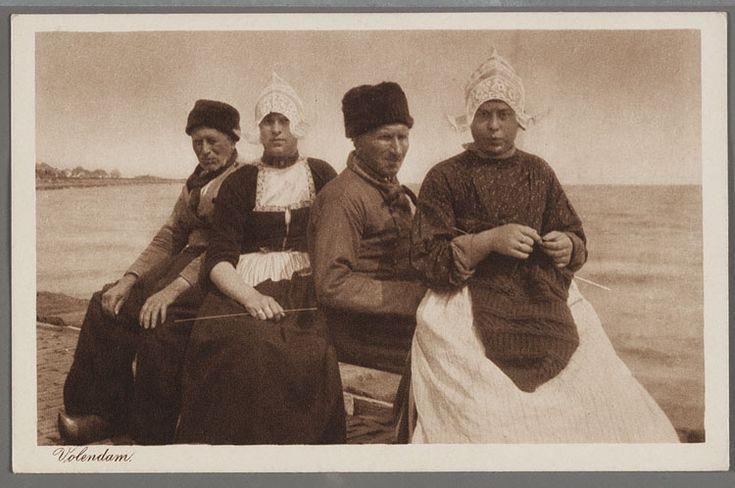 Twee mannen en twee vrouwen in dracht poseren op een bankje. De vrouw rechts breidt een trui. 1910-1914 #NoordHolland #Volendam