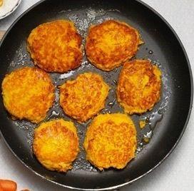 Kikärtsbiffar med curry, morot, mango och ris