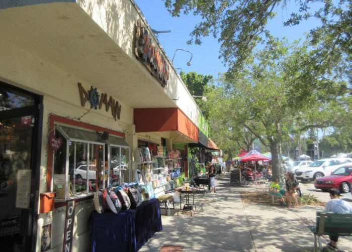 A free trolley is available to transport locals and tourists around the shady brick roads. The busiest area is the downtown waterfront, where guests can peruse art galleries and antique shops or dine al fresco and enjoy the warm breezes from the bay.