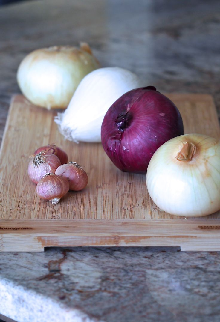 Which onion to use? Whether eating onions raw or cooked they have many health benefits, some of which are low in calories, high in fiber and they detoxify your body from heavy metals. Adding onions to your daily diet will promote good health.