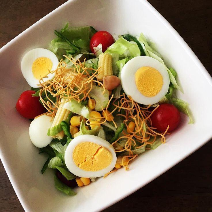 今日食べた #野菜サラダ 時々アンタは虫かね くらいの量を食べたくなる変な習慣  #レタス #ゆでたまご #豆 #レタス #トマト #セロリ #コーン #ピーマン #玉ねぎ