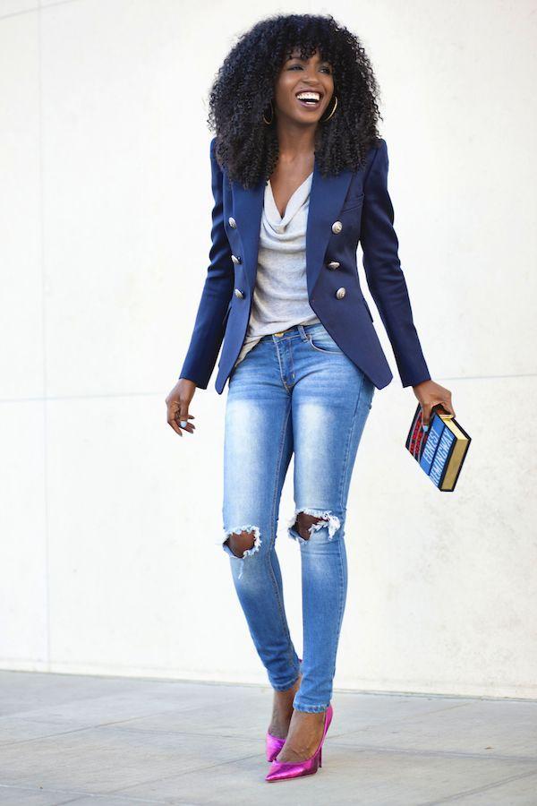 Acheter la tenue sur Lookastic:  https://lookastic.fr/mode-femme/tenues/blazer-bleu-top-sans-manches-gris-jean-skinny-bleu-clair-escarpins/5849  — Top sans manches gris  — Blazer bleu  — Jean skinny déchiré bleu clair  — Escarpins en cuir fuchsia