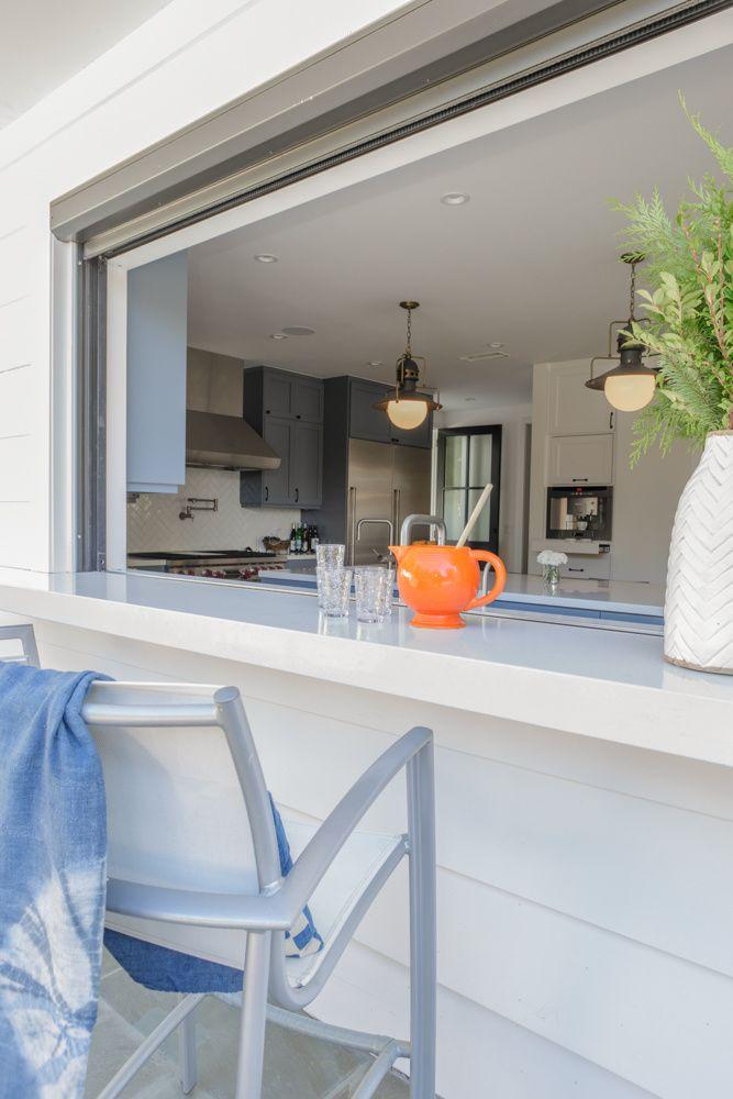 大きなカウンター付きの窓で庭とつながる開放的なダイニング・キッチン1