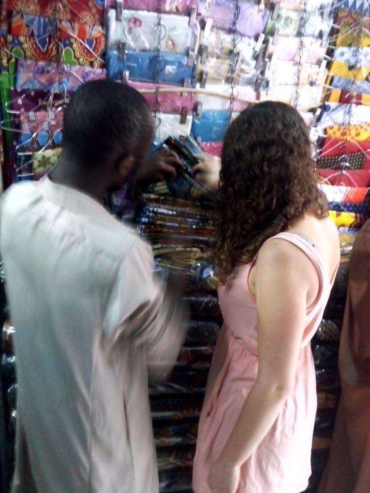 Stoffen zoeken op de markt in #Dar es Salaam voor Thamani Fashion