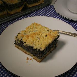 Dieser Mohn-Streuselkuchen schmeckt auch nach 3 Tagen noch sehr gut und frisch. Dieser Blechkuchen hat eine besonders dicke Mohnschicht und Streusel. Vegan!