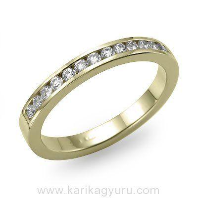 Klasszikus gyémánt karika gyűrű 18K sárga arany foglalatban 14 darab összesen 0,35ct súlyú, G-H/Si2 minősített briliánssal. Súlya kb. 4,00gr.