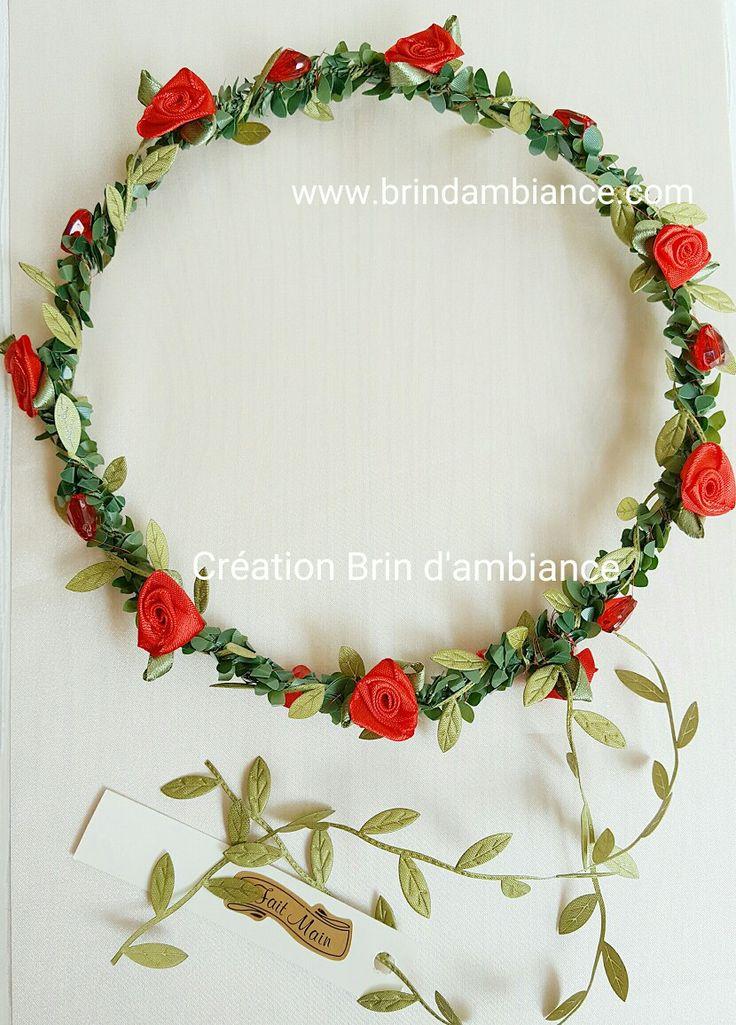 Couronnes de fleurs en satin rouge et ruban de satin vert sur structure en buis. Confectionnée par Brin d'ambiance Dinan