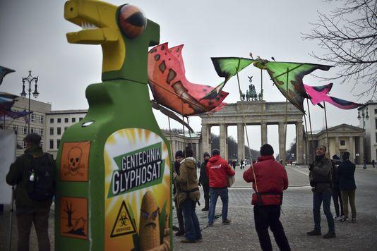 Selon l'Agence européenne des produits chimiques, le pesticide n'est pas cancérogène. Dans le même temps, aux Etats-Unis, la justice met en cause l'indépendance des travaux conduits par l'Agence américaine de protection de l'environnement.