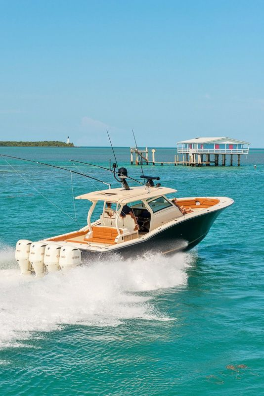 Powered by four Yamaha engines, the 420 LXF from Scout is a luxury center console fishing boat with style and is a landmark model for the marine industry.
