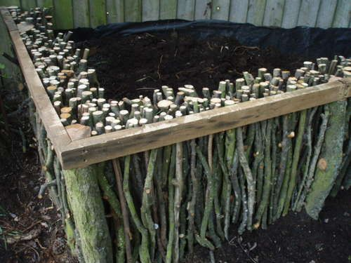 Previous pinner says:This is for a raised garden, but I think the idea could also be translated into some great outdoor furniture (tables, benches...) - I agree. Could also be option for compost bin...