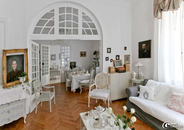 Pour parfaire l'esprit maison de famille, la propriétaire de cet appartement nîmois a placé plusieurs portraits anciens et des meubles d'époque patinés : commode, fauteuils cannés et guéridon de style Louis XVI, 'Sur un air Gustavien'