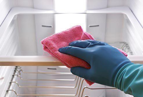 Еще больше рецептов здесь https://plus.google.com/116534260894270112373/posts  Как и чем мыть холодильник  Несмотря на то, что у многих холодильники оснащены системой разморозки, ухаживать за ними все равно нужно. Но далеко не все знают как и чем мыть холодильник, чтобы в нем не было ни неприятного запаха, ни других проблем.  Для того, чтобы хорошо вымыть холодильник нам нужно:  * мягкая губка * полотенце * сода * водичка * тазик. Вот с таким набором мы и приступаем к мытью холодильника.  1…