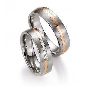 Vielses- og forlovelsesringe i titan og rosaguld med diamanter.   Ringene er 5,5 mm. brede og 2 mm. høje.   Designet består af en overflade i stregmat titanium med en midte af blankpoleret rosaguld som løber diagonalt rundt om ringene. I dameringen er der isat 5 brillanter af 0,15 ct. i alt i en kanalfatning.  Ringene er udvendigt og indvendigt svagt afrundede med afskårne lige kanter.