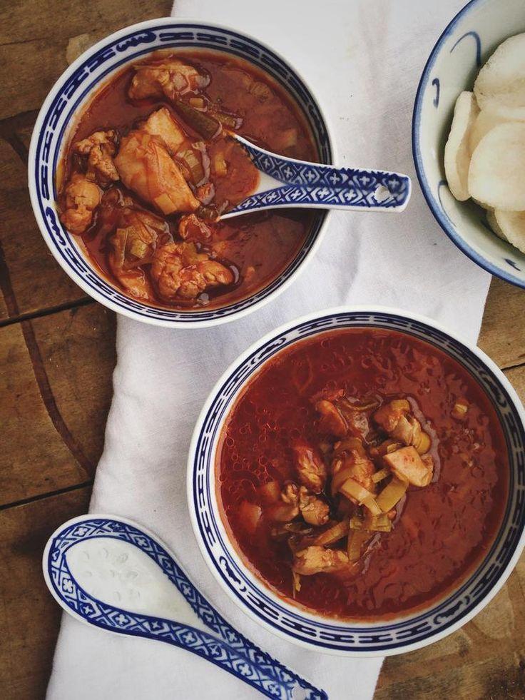 Chinese tomatensoep maar dan op de Hollandse manier, gemaakt met tomatensap, prei en kip. Simpel maar zo ontzettend lekker...Recept staat op Cookingdom.nl via bron