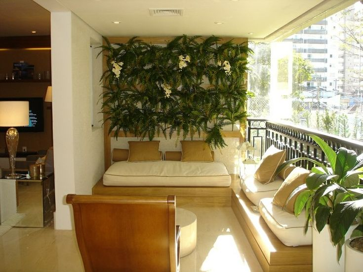 aménagement balcon avec bancs en bois et coussins en blanc et beige