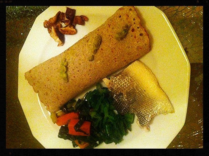 Buchweizen-Crepes mit Avocadocreme (Zitrone, Salz), gefüllt mit Karotten, Mangold, Shiitake-Pilzen, Stangensellerie dazu ein Wolfsbarschfilet und Chrysanthemen-Tee.