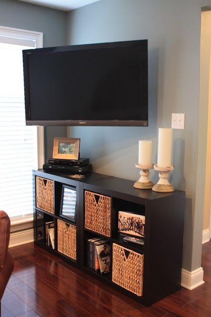 Pegue dois quadrados de madeira com prateleiras, ponha uns cestos e você tem um rack descolado. Dificuldades em centralizar o sofá? Incline a TV que dá certo, é só ver a foto acima. Salas Pequenas http://minhacasadecorada.blog.br/ambientes-pequenos/decorar-sala-pequena/