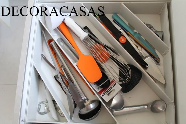 Para aproveitar melhor seus espaços em gavetas de cozinha, coloque um organizador na diagonal. Todos os utensílios serão melhor acomodados, mesmo os maiores e a vida fica mais organizada. Dica esperta da Flávia Ferrari no DECORACASAS.