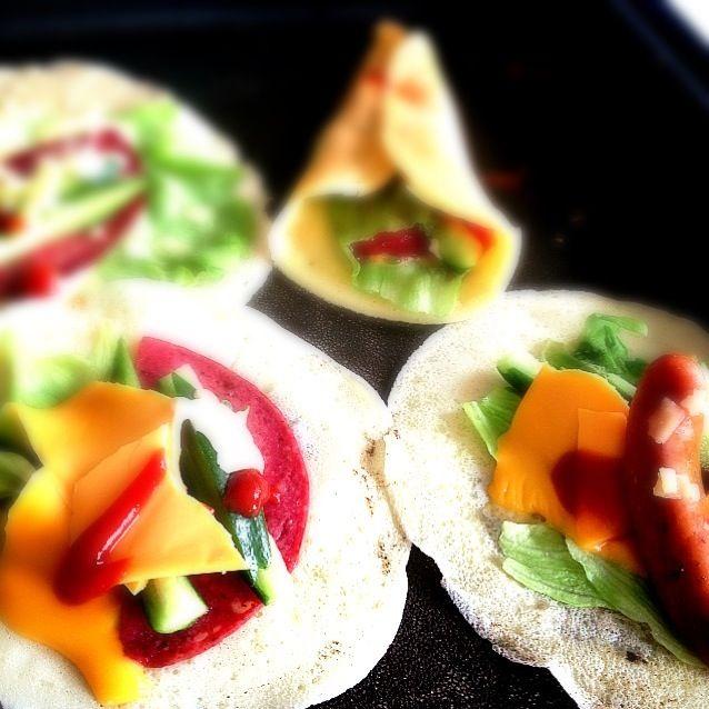 春休みで子供達がワイワイ(@_@)。 一緒に楽しめるホットプレートでクレープランチしました☆*:.。. o(≧▽≦)o .。.:*☆ 野菜も沢山食べれて、大好評でした✨ - 129件のもぐもぐ - ホットプレートでクレープランチ by Yoko0415