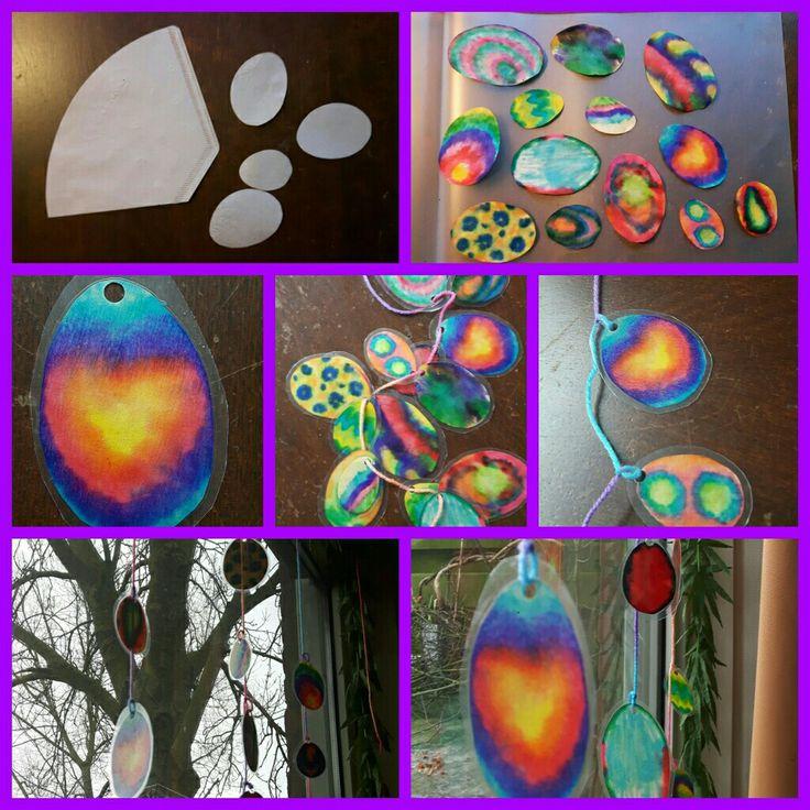 Vrolijke kleurige eierslinger!    Wat heb je nodig:  Koffiefilters, viltstiften, schaar, kwasten en water, lamineer apparaat + vellen, perforator en draad.   #pasen #lente #knutselen #kinderen #tie-dye