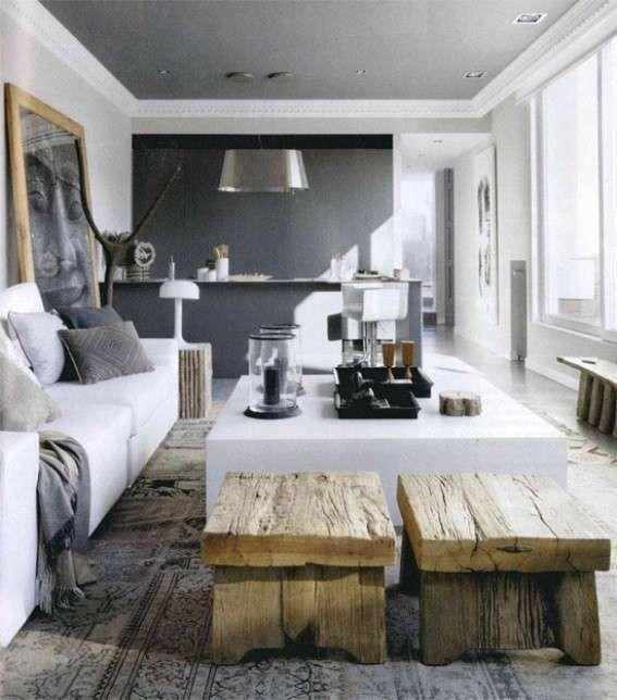 Soggiorno accogliente con pareti grigie - Pareti del soggiorno grigie scure accostate a mobili bianchi e in legno rustico.